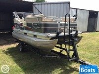 Sun Tracker 16 DLX Party Barge